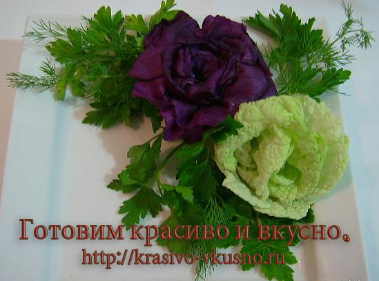 Розы из красной и пекинской капусты.