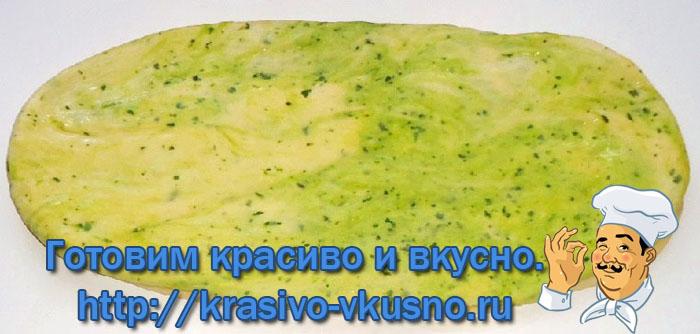 Калач с чесноком и шпинатом.