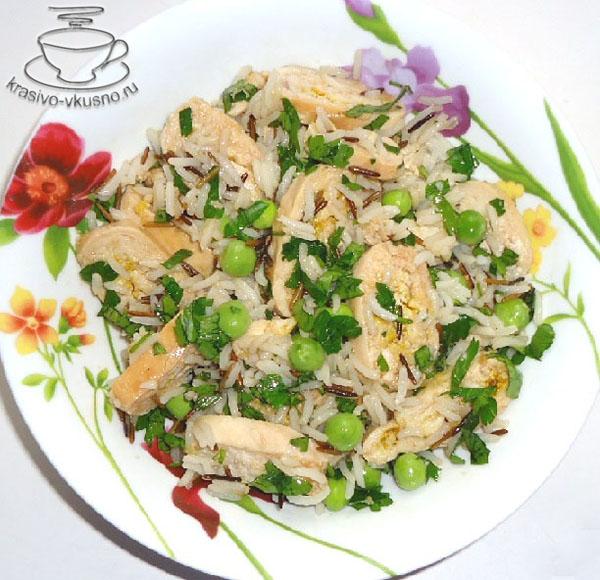 Салат с курицей и зелёным горошком