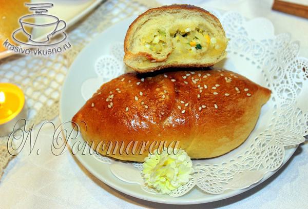 кусные пирожки с рисом, яйцом и зеленым луком