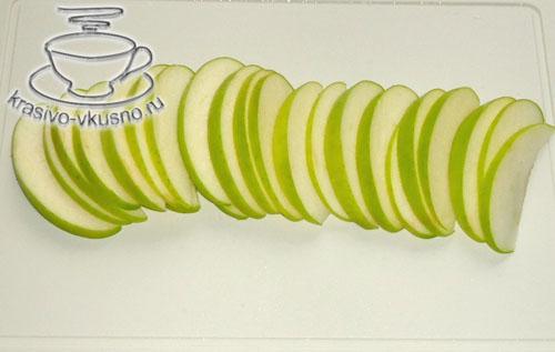 Салат из киноа с зелёным яблоком, изюмом и миндалём