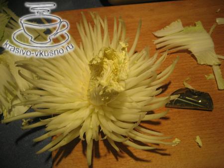 Цветок хризантемы из капусты