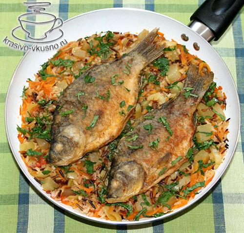 Караси с овощами и рисом